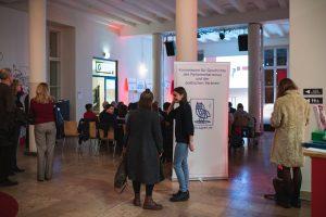 Die Gäste vor der Veranstaltung im Podewil-Haus.