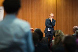 Prof. Dr. Dr. Udo Di Fabio stellt sich nach seinem Vortrag den Fragen den Zuhörern